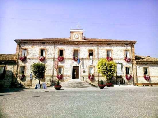 L' ex palazzo vescovile, ora sede del Municipio